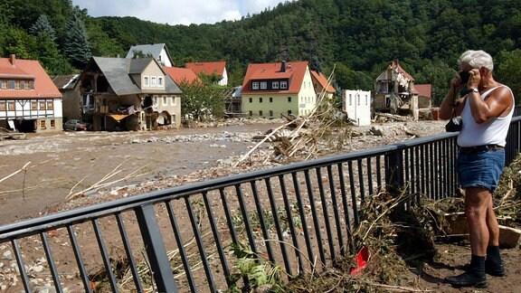 Anwohner fotografiert die Verwüstungen am Elbufer nach der Jahrhundertflut im Müglitztal bei Weesenstein.