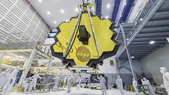 Die ausgebreiteten Spiegel des James-Webb-Weltraumteleskops.