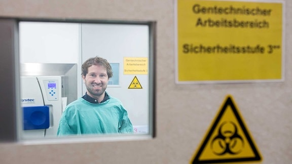 Der Ulmer Virologe Janis Müller.