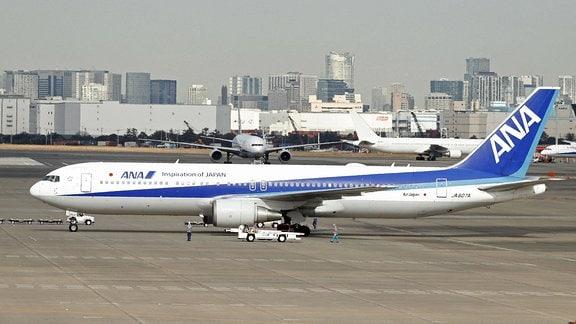 Ein von der japanischen Regierung gechartertes Flugzeug, dass Menschen aus Wuhan evakuieren soll, steht auf einem Flughafen in Tokio.