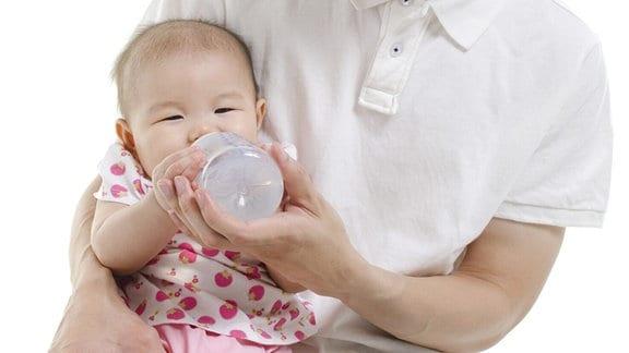Säugling mit Flasche