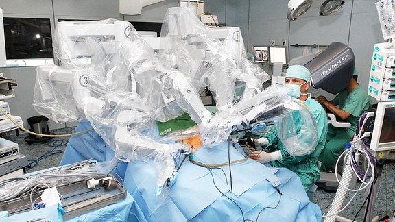 Prof. Jens-Uwe Stolzenburg operiert an Urologie Universitätsklinikum Leipzig mit Da Vivi Roboter