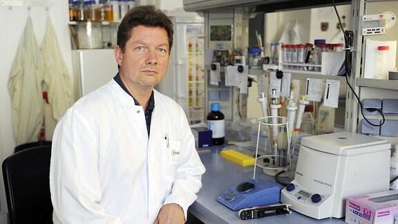 Mann in einem Labor