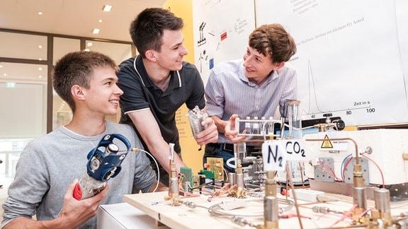 Jugend forscht, drei junge Männer im Labor