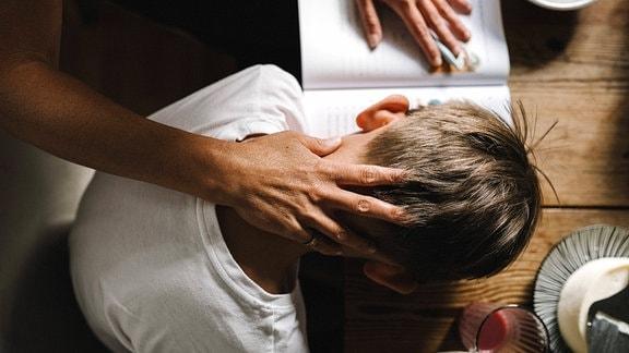 Hand streicht über den Kopf eines Kindes