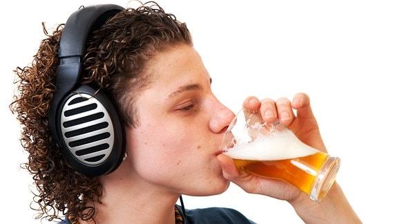 Jugendlicher trinkt Bier
