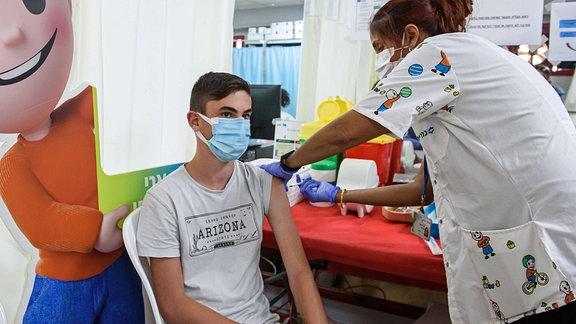 Ein Jugendlicher wird geimpft