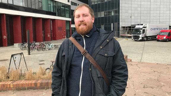 Poetry-Slammer, Musiker und Comedian Julius Fischer vor dem Unihochhaus in Leipzig.