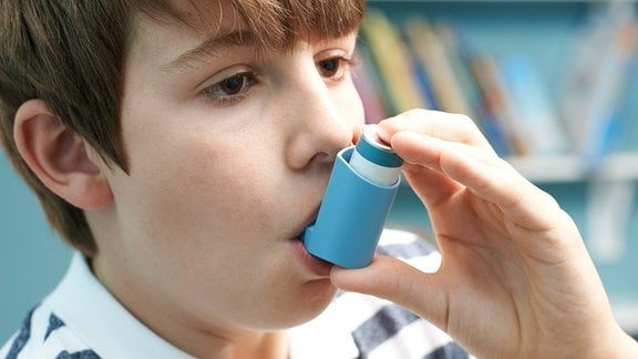 Junge mit Asthmaspray