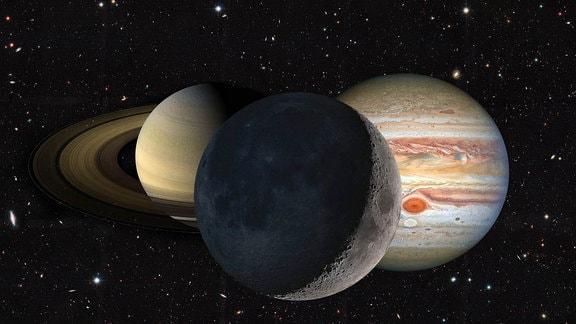 Eine Kollage mit den beiden Planeten Jupiter (r.) und Saturn (l.) sowie unserem Erdtrabanten, dem Mond (m.).