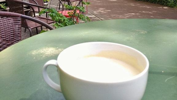 Kaffeetasse auf Tisch im Garten