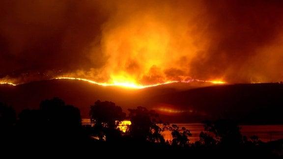 Feuersbrunst über den Hügeln von San Diego County (Kalifornien)