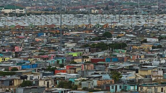 Neubauten und Bretterbuden in der Großstadtsiedlung Mitchells Plain bei Kapstadt