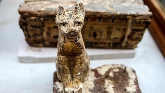 Eine Katzenstatue ist gemeinsam mit anderen archäologischen Funden in der Nekropole Sakkara ausgestellt.