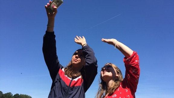 Zwei Menschen schauen in den Himmel