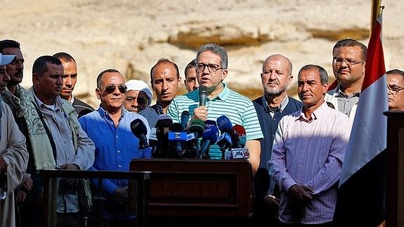 Khaled al-Anany spricht auf einer Pressekonferenz
