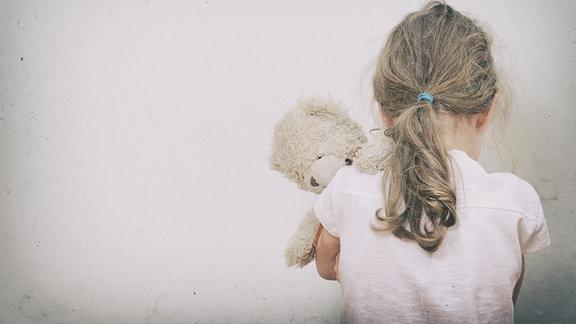 trauriges Kind mit Teddy