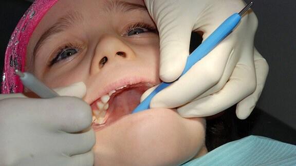 Mädchen bei einer Kontrolluntersuchung beim Zahnarzt