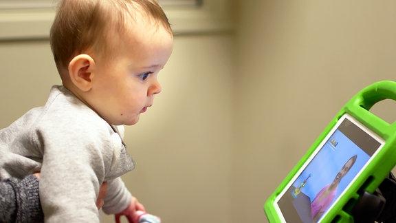 Kind betrachtet Bildschirm