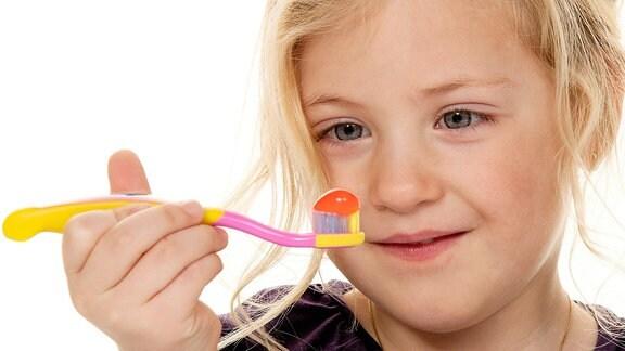 Kind beim Zähne putzen.