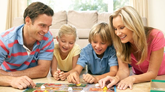 Familie spielt ein Brettspiel