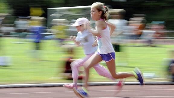 Schülerinnen beim Wettrennen.
