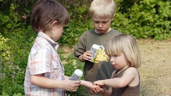Kinder teilen sich ein Eis.