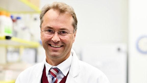 Porträtfoto des Virologen Professor Klaus Überla vom Universitätsklinikum Erlangen