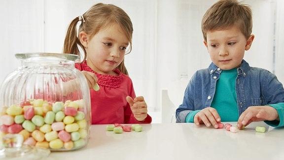 Ein Junge und ein Mädchen teilen Süßigkeiten