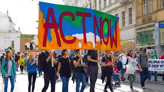 """Demonstrationszug durch Wien mit Schüler und Schülerinnen im Zuge der Klimabewegung ,,Fridays for Future"""""""
