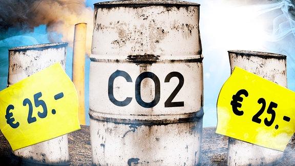 FOTOMONTAGE, Tonnen mit Aufschrift CO2 und Preisetiketten, Symbolfoto CO2-Bepreisung und CO2-Steuer