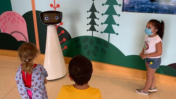 Kinder mit dem Klinikroboter Robin