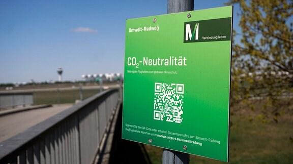 Schild an Umwelt-Radweg wirbt für Kohlenstoffdioxid-Neutralität