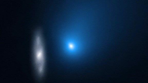 Eine Aufnahme des Hubble-Weltraumteleskops, die den Kometen 2i/Borisov vor dem Hintergrund einer weit entfernten Spiralgalaxie zeigt.