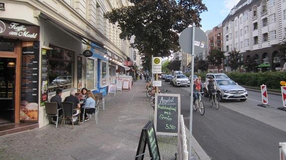 Cafés und Geschäfte am Kottbusser Damm in Berlin-Kreuzberg