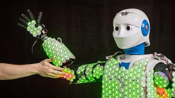 Am Lehrstuhl für Kognitive Systeme der technischen Universität München entwickelt Prof. Gordon Cheng künstliche Haut für humanoide Roboter und menschenähnliche Maschinen, die taktile Rückmeldung bei Annäherung und Berührung gibt.