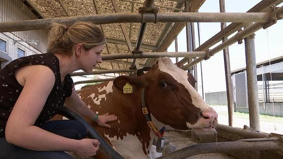 Dorothée Heyde, Agrarwisenschaftlerin mit Kuh im Stall