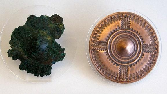 Original (links) und rekonstruierte (rechts) verzierte Kupferscheibe aus einem hochrangingen Frauengrab aus Kleinaitingen Gewerbegebiet Nord