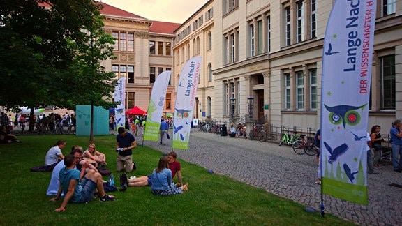 Lange Nacht der Wissenschaften in Halle - dank Sommerwetter ein Picknick überall, wo es Platz gab