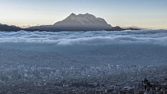 Blick auf die Stadt La Paz, im Hintergrund ein Berg, dazwischen dreckige Luft