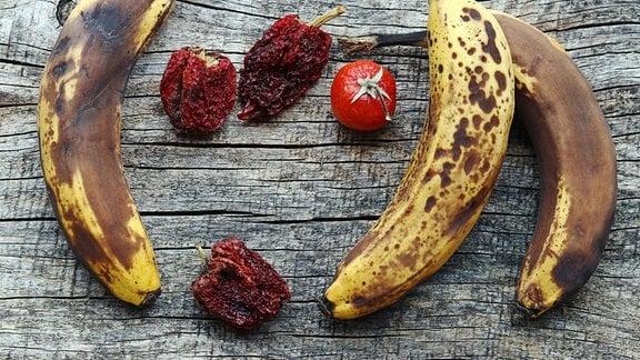Alte Bananen und Tomaten