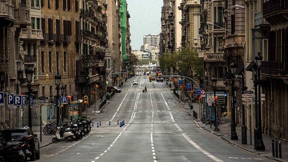 Kaum Menschen auf der Via Laietana in Barcelona
