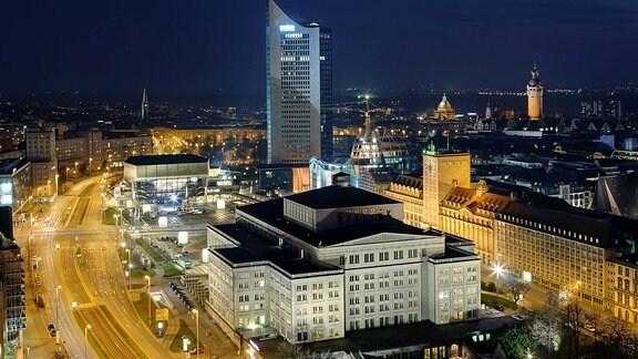 Beleuchtete Innenstadt bei Nacht in Leipzig