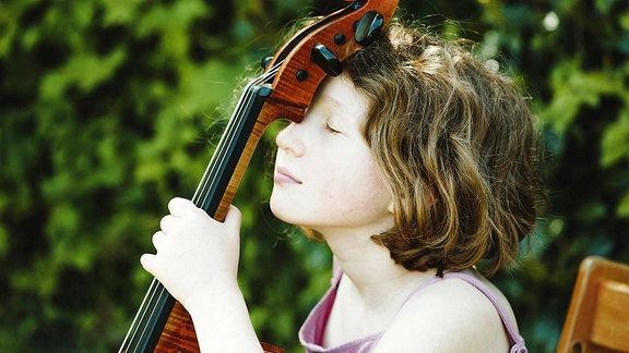 Ein Mädchen, das eine Pause mit ihrem Cellos macht.
