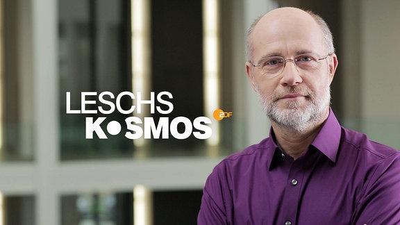 "Der Astrophysiker und Fernsehmoderator Professor Harald Lesch neben dem Logo seiner Sendung ""Leschs Kosmos""."