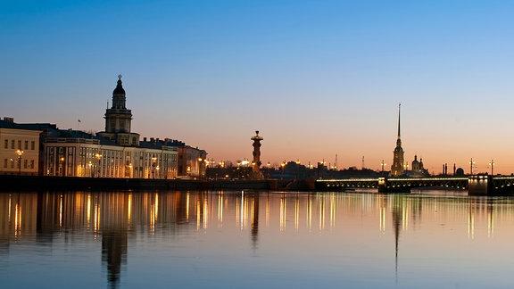 """Sankt Petersburg, Blick über die Newa während der """"weißen Nächte"""""""