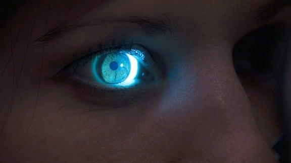 Auge einer Frau wird untersucht