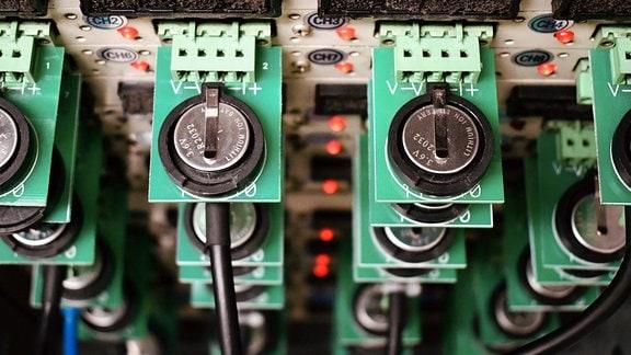 Lithium-Metall-Batterien mit durch Kohlenstoff-Nanomembranen modifizierten Separatoren