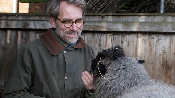Mann mit Schaf