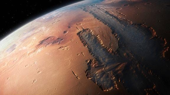 Illustration: Ausschnitt der Mars-Kugel aus dem Weltraum mit Blick auf eine rote Oberfläche vor dunklem Hintergrund und ein flach ausgekratzt anmutender Canyon mit dunkleerem Gestein.